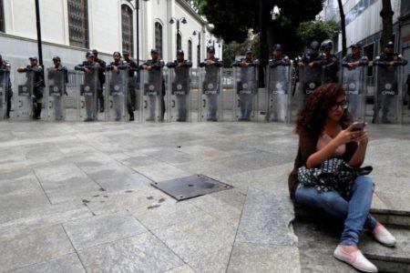 La policía venezolana impide a los diputados el acceso al Parlamento