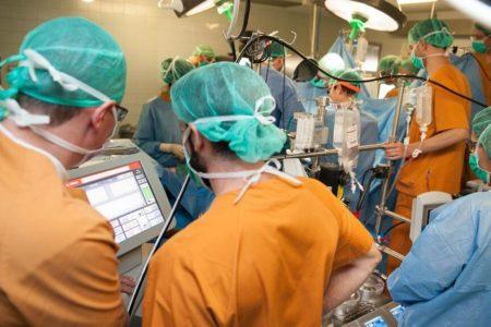 Hito en la medicina española: implantan un corazón artificial completo a un joven de 30 años