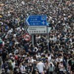 La policía carga con balas de goma y gases lacrimógenos para dispersar la protesta masiva en Hong Kong