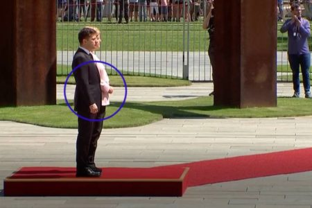 Merkel sufre un episodio de espasmos durante la visita de Zelenski