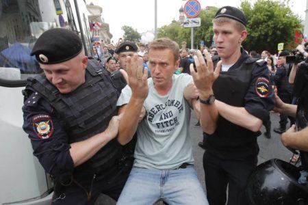 Rusia detiene al opositor Alexéi Navalni en una protesta en Moscú