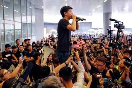 El líder estudiantil hongkonés Joshua Wong sale de la cárcel